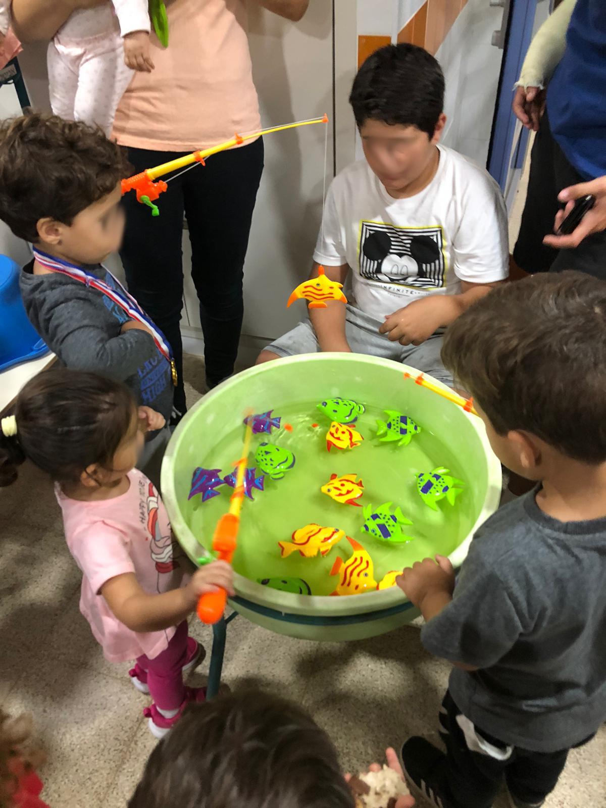 תמונה של הורים וילדים בפעילות קהילתית בגן ההתחדשות שכונת שרונה כפר יונה