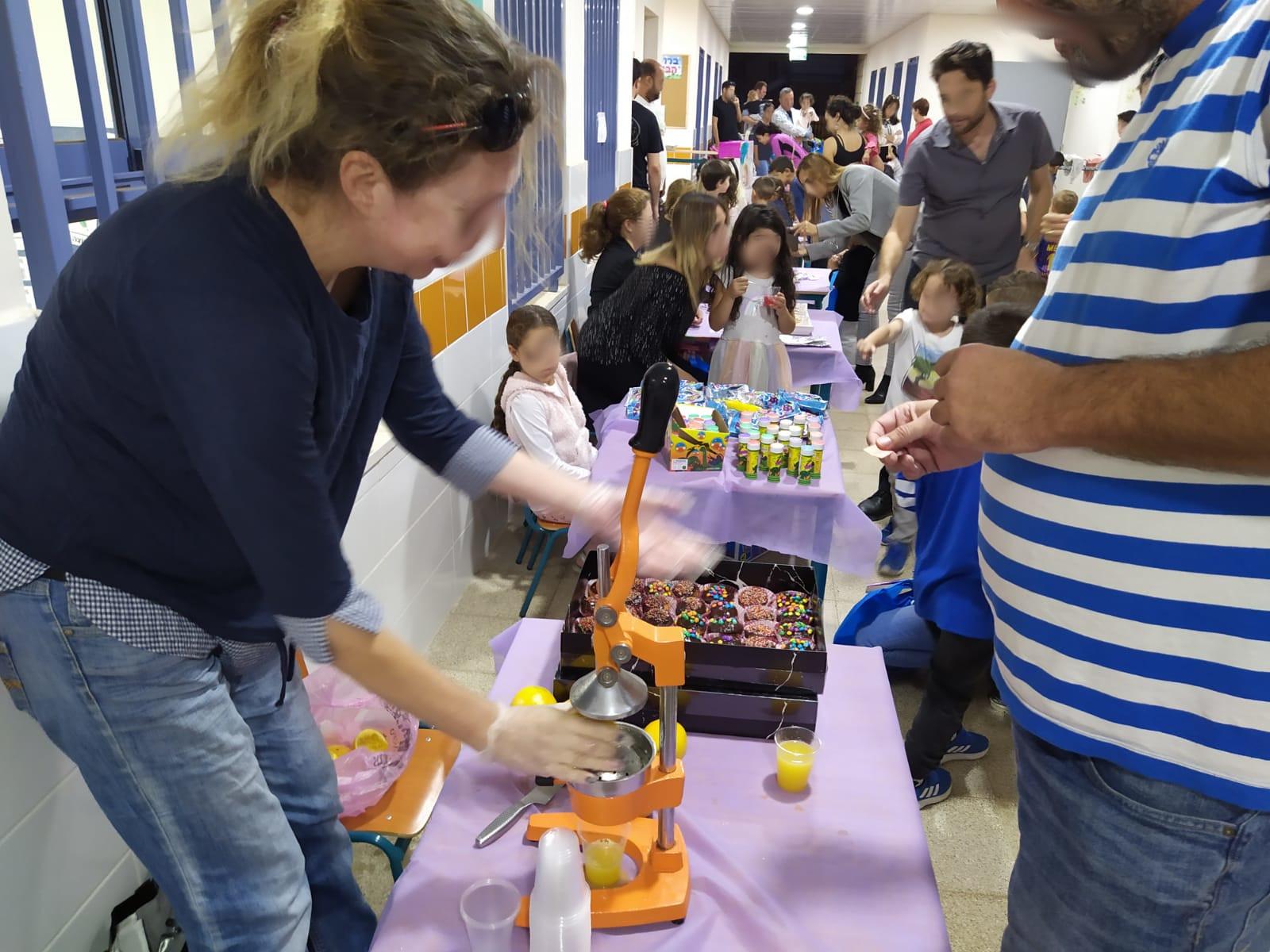 הורים וילדים בפעילות קהילתית בגן ההתחדשות שכונת שרונה כפר יונה